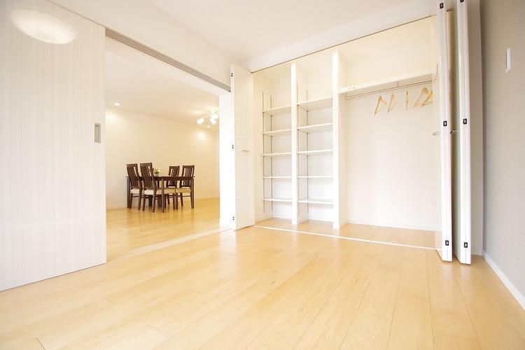 大型収納を完備したリビング横の洋室約6.0帖