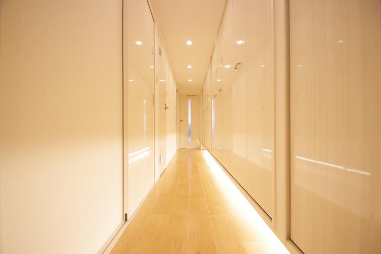 白い壁が美しい、清潔感を感じさせる廊下