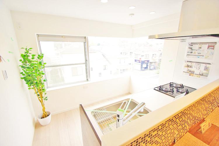 大きな窓があるキッチンは明るくお料理するのが楽しくなりますね