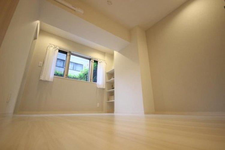 ゆとりを感じさせる広さの主寝室は、心身を静かに満たすシックな趣き。衣服等をたっぷりしまえる収納も備えています。