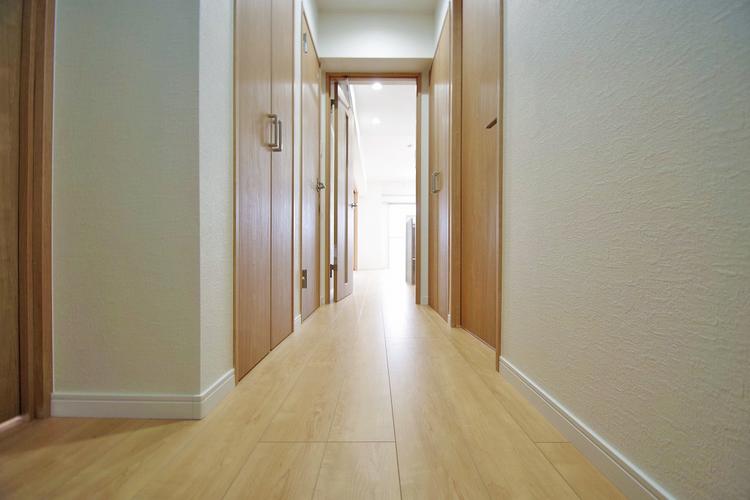 廊下にも収納スペースを設け、使わない季節モノ等の収納もできます