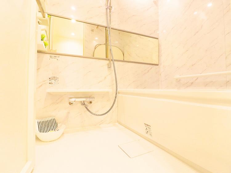 追い焚き機能つきのゆったりバスルームでついつい長風呂に
