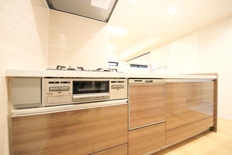 ブラウン色のキッチンで、ご家族みんなで楽しくお料理できますね