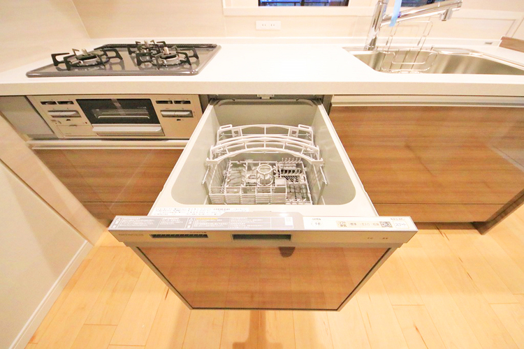 ビルトイン式食洗機完備のシステムキッチンで食後もゆったり家族団らん