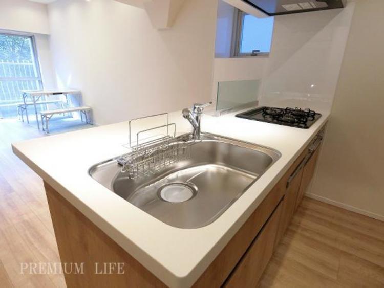 家事の嬉しい味方、食洗機を装備したペニンシュラカウンターキッチンに新規交換済み。空いた時間は、趣味や家族団らんの時間に費やせます。