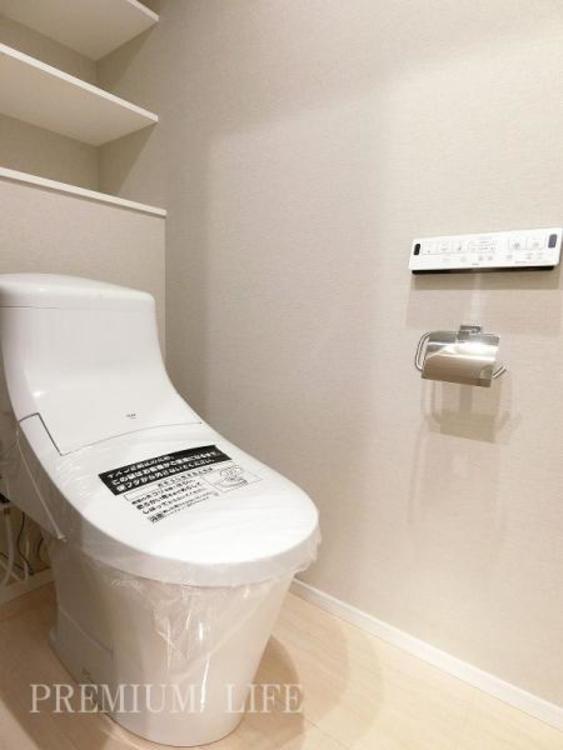棚にはトイレットペーパー等を収納できて便利。もちろん温水洗浄機能付で快適にご利用いただけます。