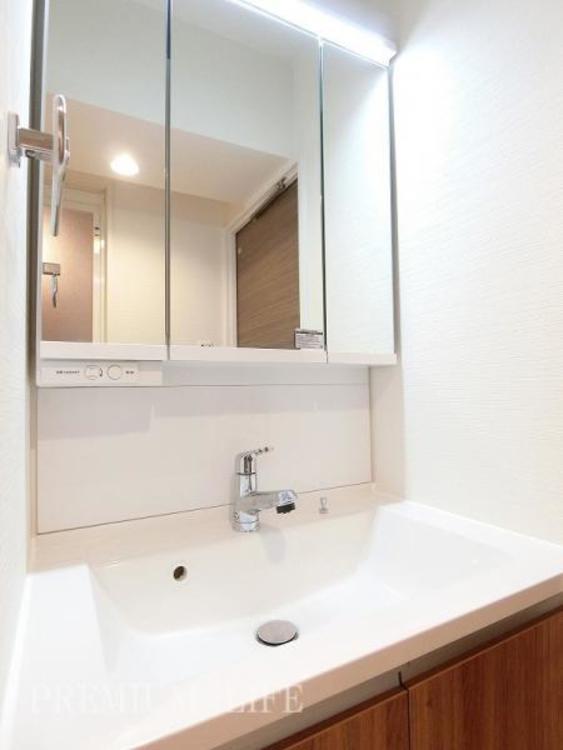 シャワー水栓付の洗面化粧台に新規交換済み。毎日の身支度をより快適に。