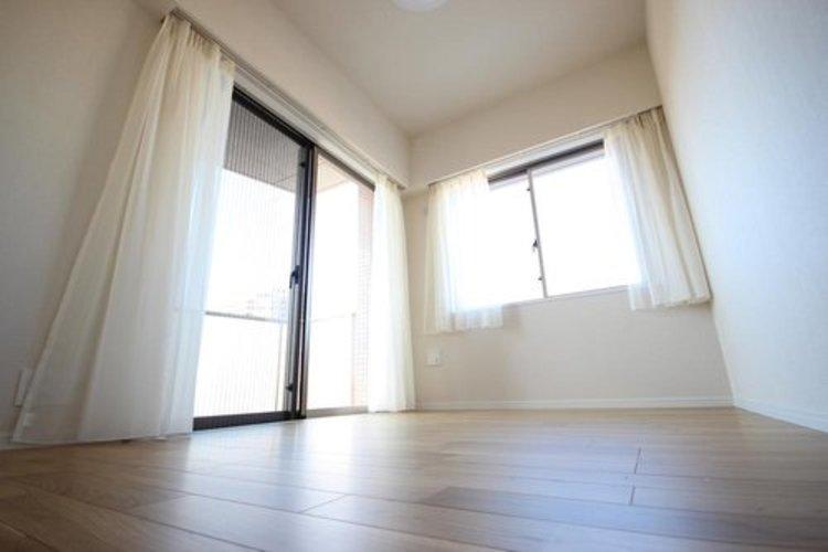 うららかな陽射しがどのお部屋にも降り注ぎますように、快適さを追求した間取設計。得難い立地環境での生活を恵みの豊かな永住の地へと変えてくれます。