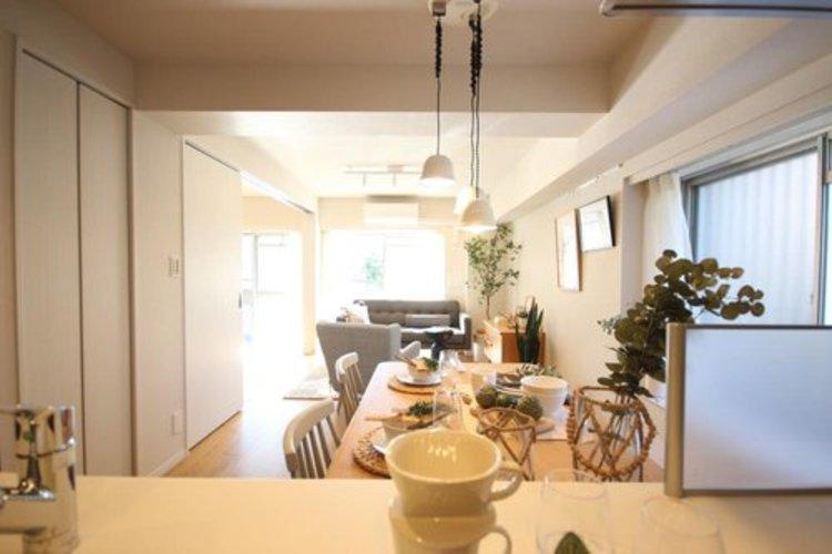 眩いばかりの陽の光が室内を満たしていきます。暮らす家族に、訪ねてくる友人知人に、清かで艶やかな時間をもたらしてくれる室内です。