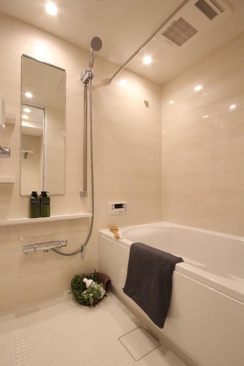 ダウンライトのやわらかな光がナチュラルな空間を演出する居心地の良いバスルーム