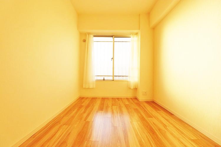 暖かい陽射しがさしこむ約5.0帖の洋室
