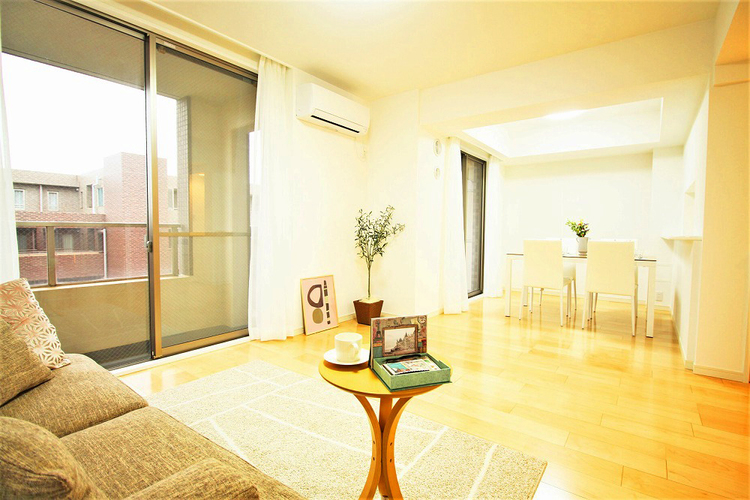 南向き窓からの暖かい陽射しで会話もはずむ明るいリビング