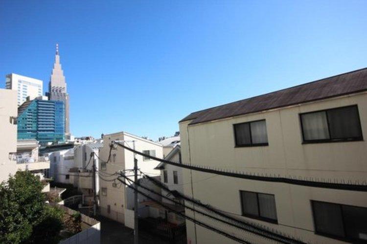 青い空が遠くまで広がり、新宿のビル群を見ることができます。