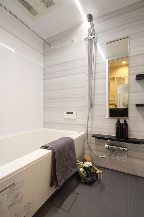 メタル調アイテムで美しく引き締まったバスルーム