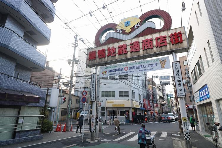 スーパーやカフェなど多くの飲食店や商業施設が建ち並ぶ、昔ながらの商店街