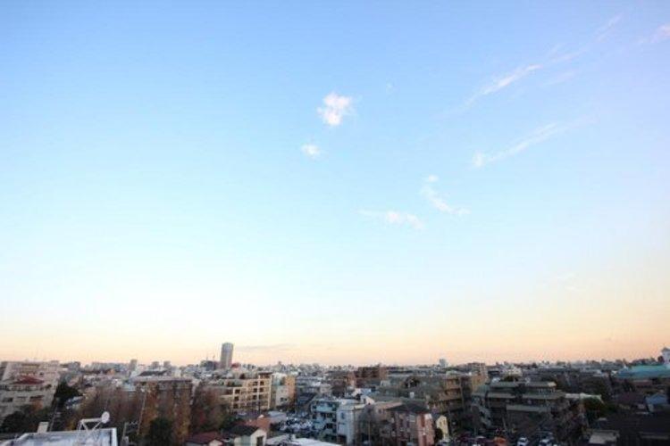 バルコニーからの眺望です。都内の夜景を一望し、ゆったりと贅沢なお時間をご堪能頂けます。