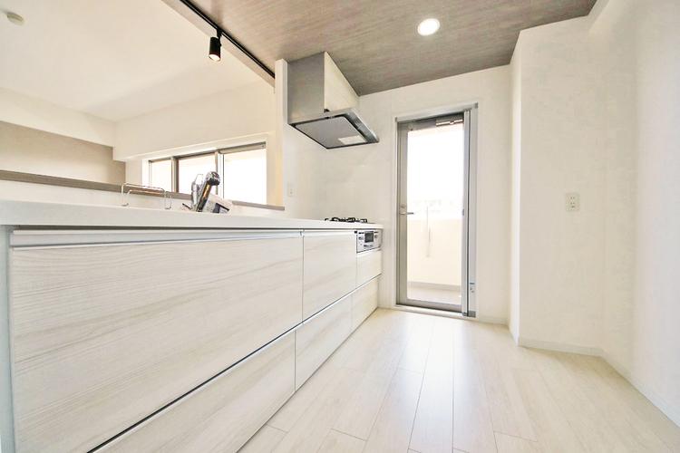 柔らかな自然光の入るキッチンは浄水機能付き