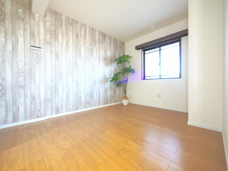 暖かい陽射しがさしこむ洋室は約6帖の広々空間です