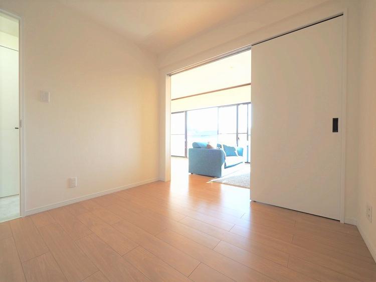リビング横の居室はお食事後や入浴後のくつろぐ空間に