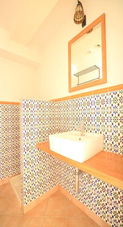 洗面室もオシャレに演出。まるでホテルのよう。洗面ボウルの下部は棚を設置したり自由自在。