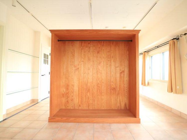 お部屋を最大限に広く使って頂ける様、間仕切り兼収納付き。