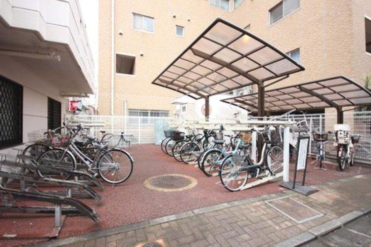 屋根付きの駐輪場は雨にぬれずに安心。