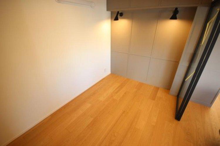 ゆとりを感じさせる広さの主寝室は、心身を静かに満たすシックな趣き。