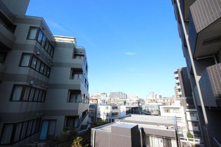 青空がみえたり、眺望や窓からの景色が良いと、家で過ごす時間も快適です。