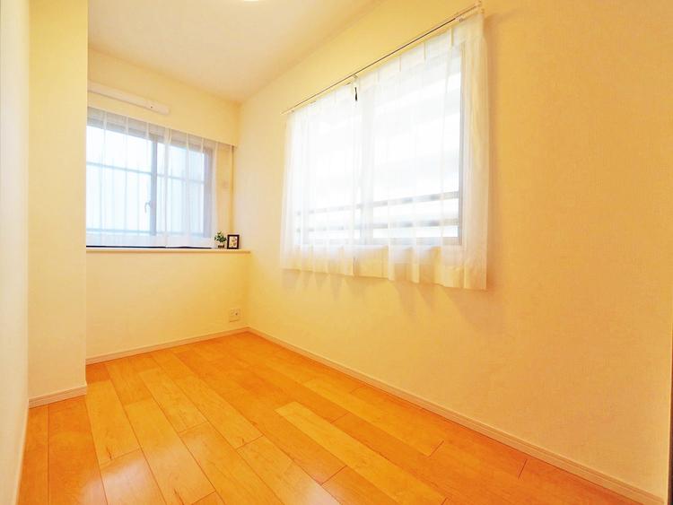 2面に窓があり、通風や採光があるお部屋です