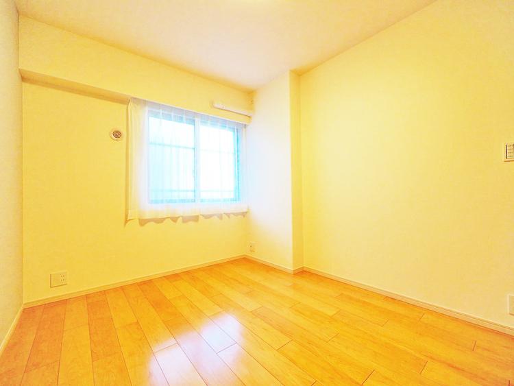 な窓がある洋室は、たくさんの陽射しとお部屋に取り入れてくれます