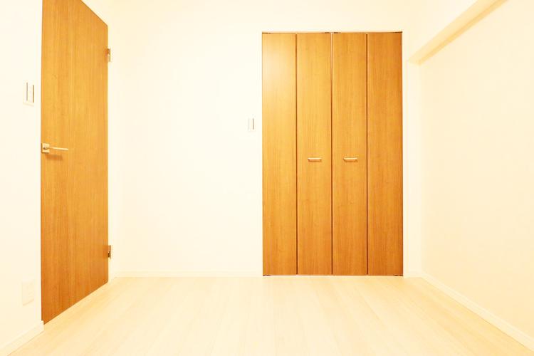 約4.7帖の洋室にも収納を完備