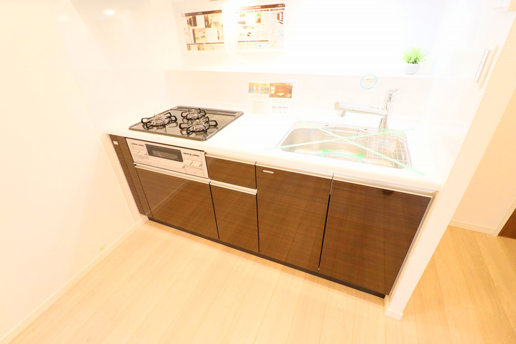 落ち着きのあるブラウンカラーのキッチンは清潔感と気品が溢れています