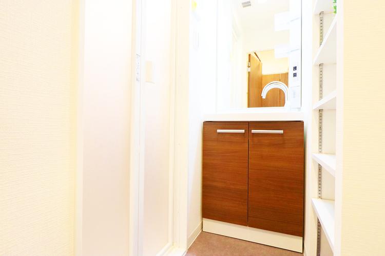 新規設置の洗面室。備え付きの収納棚は使い勝手が良さそうです