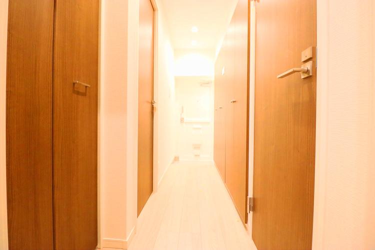 明るくも落ち着く印象の廊下