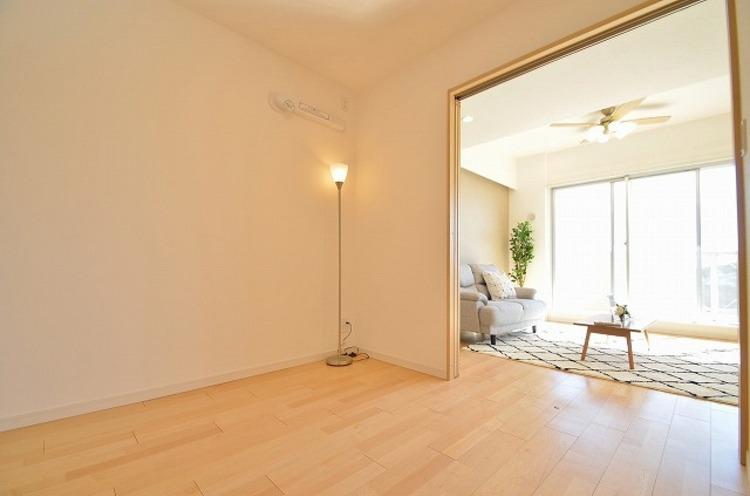 リビング横の洋室の間仕切りを開ければ開放的な約20帖超えの空間に