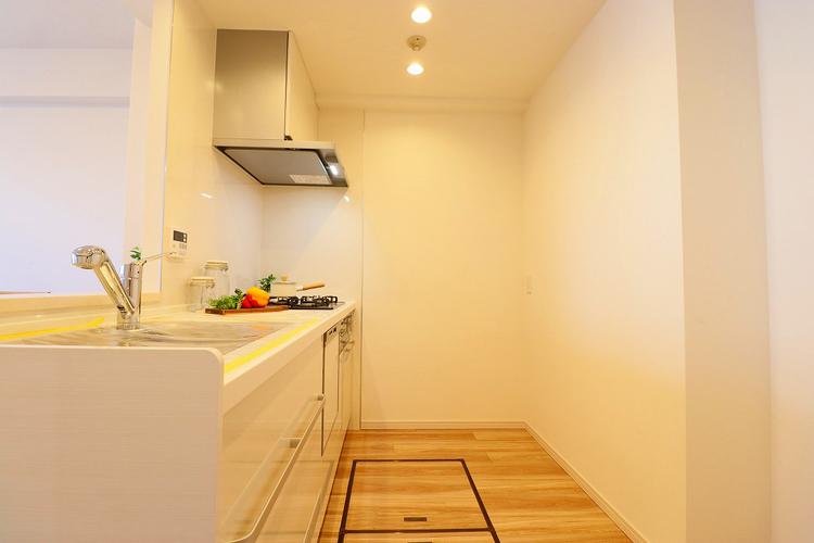 対面キッチンからはリビング全体が見渡せてお子様がいても安心な空間