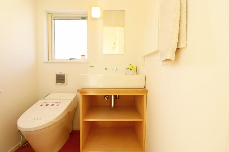2階のトイレには朝の身支度に便利な洗面台付き