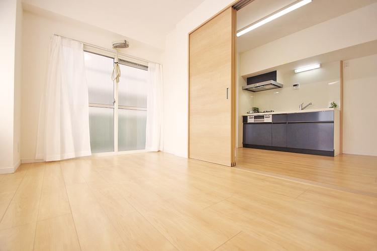 お部屋の扉を開ければ、ダイニングと繋がりよりゆったりとした空間に