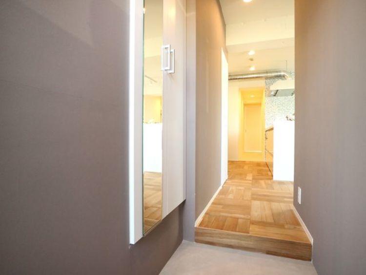 スタイリッシュで清潔感のある玄関。安らぎに満ちた生活空間を予感させてくれます。