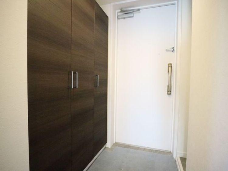 玄関扉を開けると広々としたスペースがあります。大容量のシューズクローゼットもあって、収納スペースも十分です。
