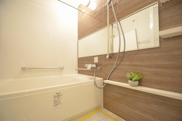 大型浴槽とシックな色合いの浴室は一日の疲れを癒す特別な空間に…