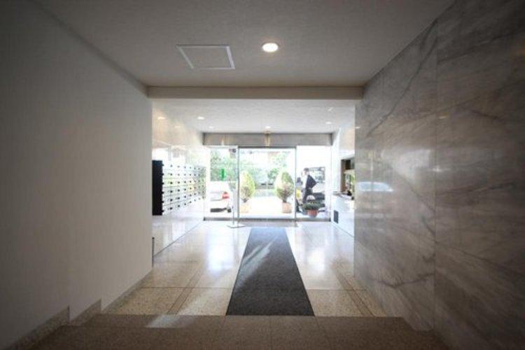 上質感漂う玄関へのアプローチ。訪れる方を優しく迎え入れ、住まう方を安らぎに満ちた生活空間へと誘います。