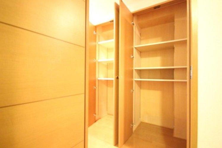 廊下の収納となります。各部屋を最大限に広く使って頂ける様、全居住スペースに収納がございます。プライベートルームはゆったりと快適にお過ごしいただけます。