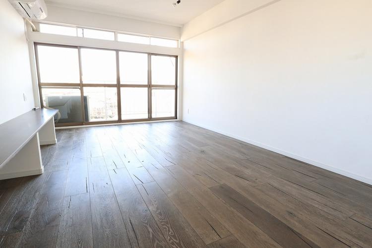 南向きの明るいお部屋。約15帖と開放感のある空間です