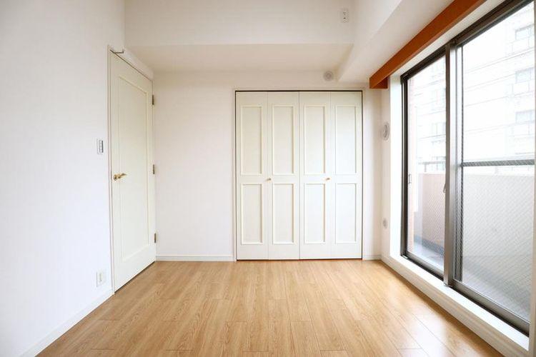 「サービスルーム」約6.0帖 大型クローゼットがあり居室としても使用できます。