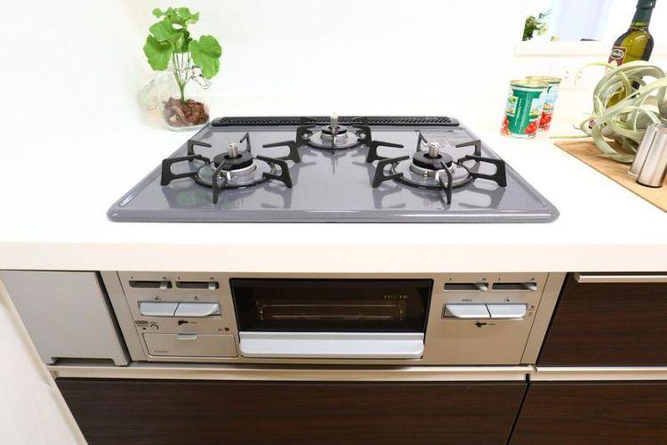 「キッチン」3口コンロのシステムキッチンでお料理もはかどります。