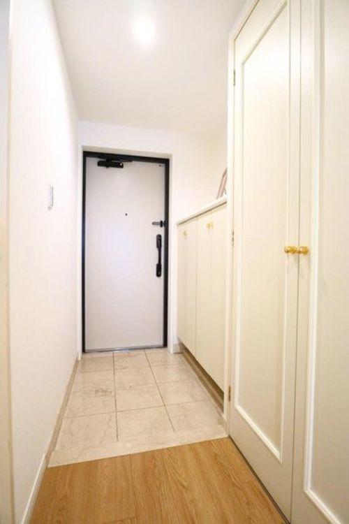 「玄関」白を基調とした清潔感のある玄関