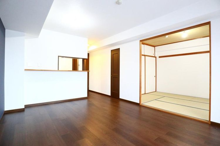 「LDK」約13.4帖 寒い冬でも快適に過ごせる床暖房付き。リビング横には和室が併設され、客間としても利用できます。