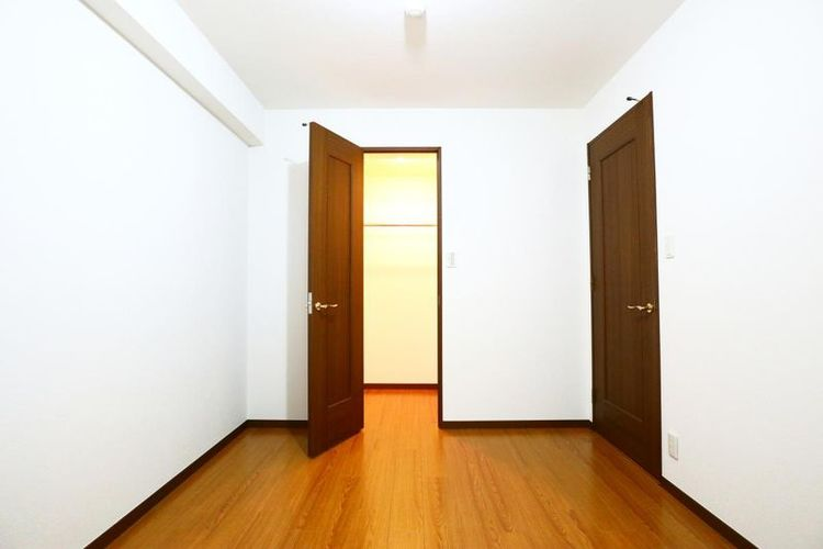 「サービスルーム」約6.1帖 大型WIC付きでお部屋を広々と使えます。
