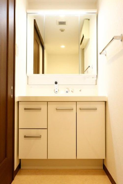 「洗面台」三面鏡の洗面化粧台。ハンドシャワー付きで毎日のお掃除も快適に。